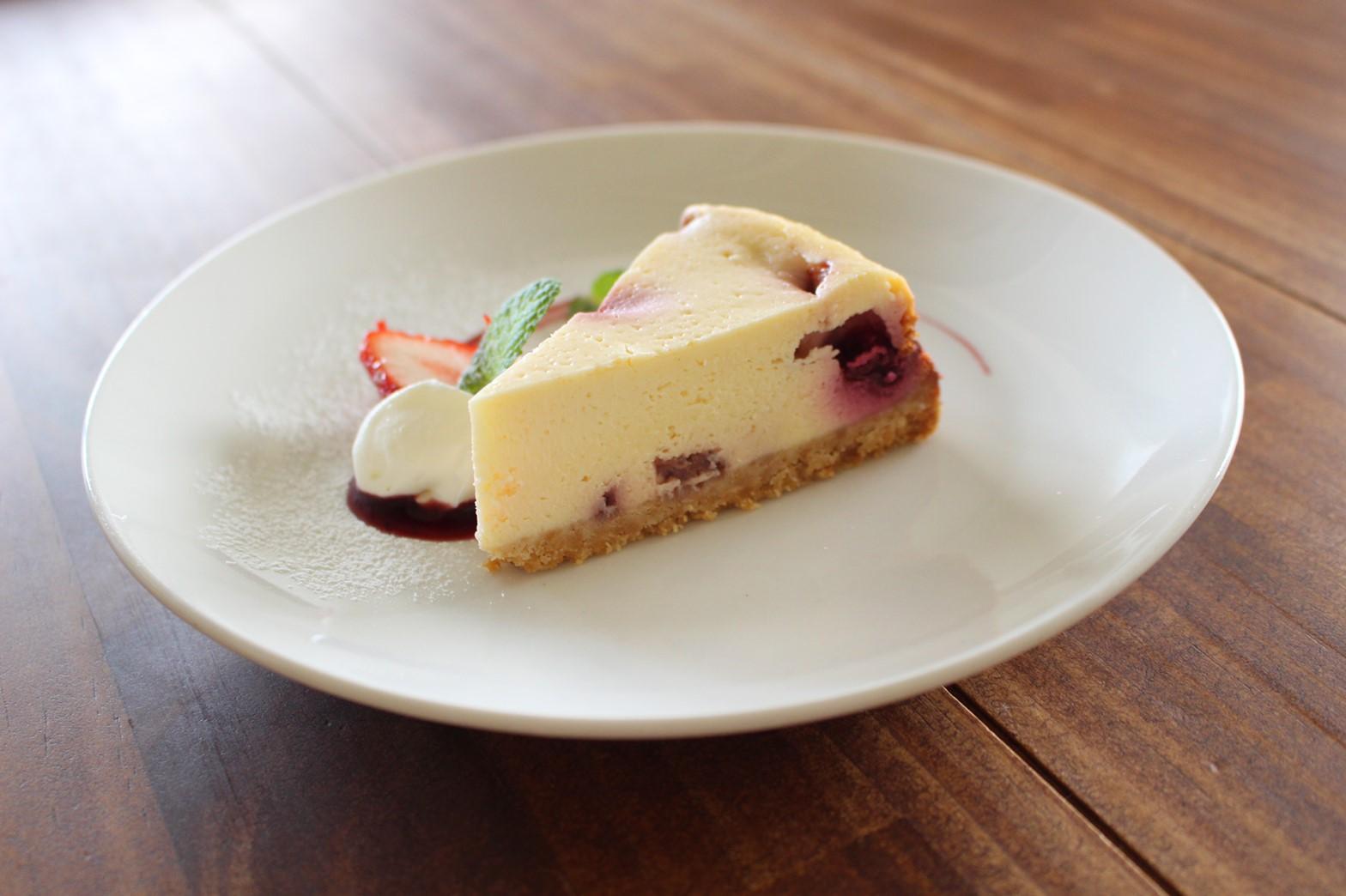 ホワイトチョコとベリーのベイクドチーズケーキ